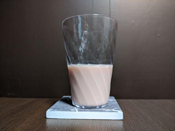 チュッパチャップスストロベリークリーム味の飲み物をコップに入れたピンク色の画像